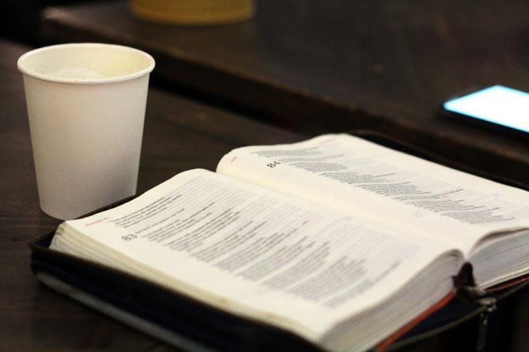 Bijbel opengeslagen koffie